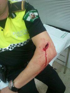 EXCLUSIVA WAKINAKI. Un Policía Local de Herrera (Sevilla) de patrulla unipersonal a las 6 de la mañana, resulta herido en un Pub que continuaba abierto al público fuera del horario permitido.